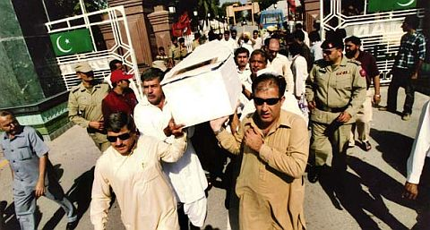 The coffin of Jameel Ahmad Khan, a Pakistani who died in an Indian jail, arrives at Wagah.JPG