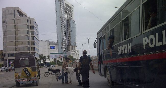 Sind policeman helping guy at clifton karachi 2