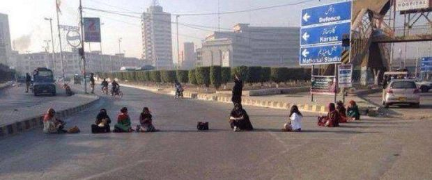 women on road in pti karachi lockdown